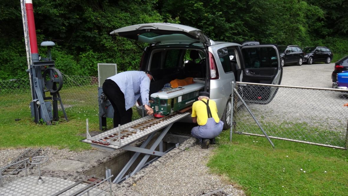 Auslad eines Triebwagens der SOB in Spur 5 Zoll