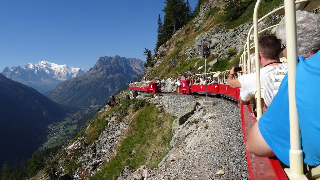 die Modellbahnfreunde bei der VerticAlp mit Blick zum Mont Blanc