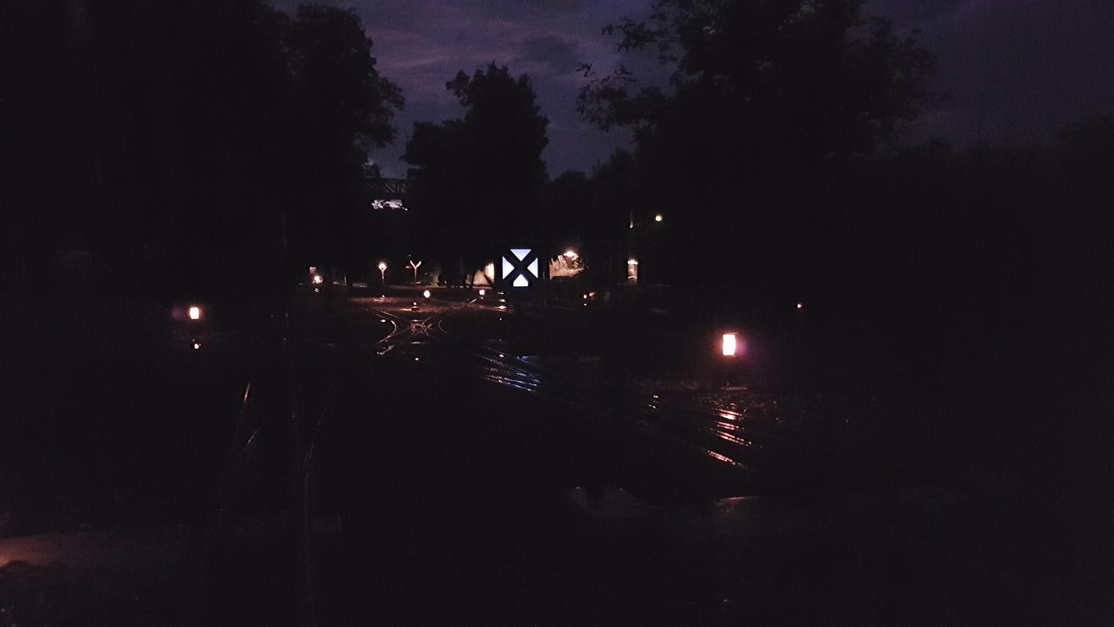 Bahnhof March beleuchtet in der Nacht