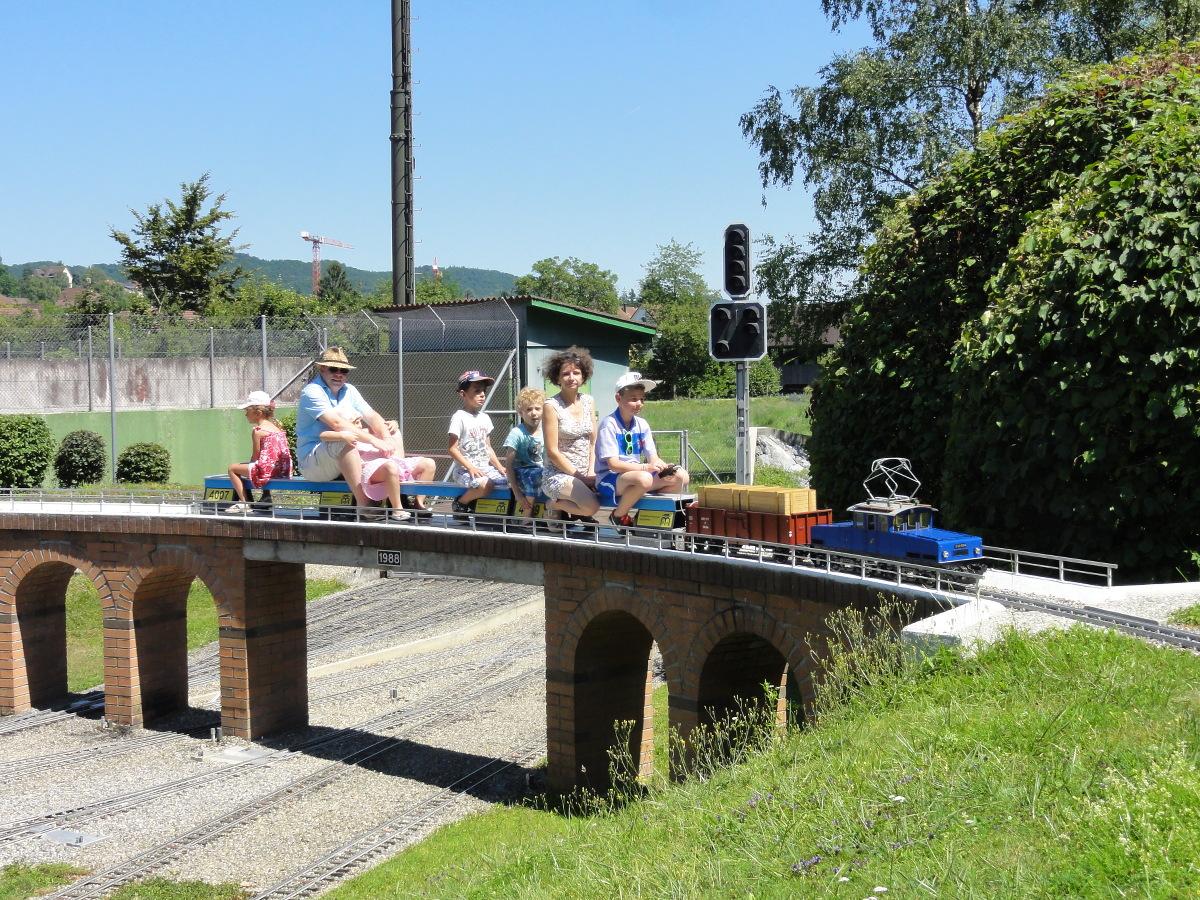 ein Zug voll mit Kindern auf dem Viadukt