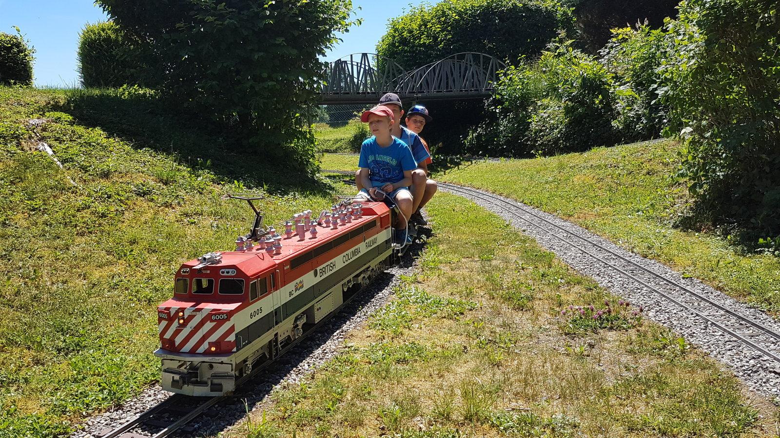 Kinder mit Diabetes als Lokführer mit einer BC Rail Lokomotive unterwegs