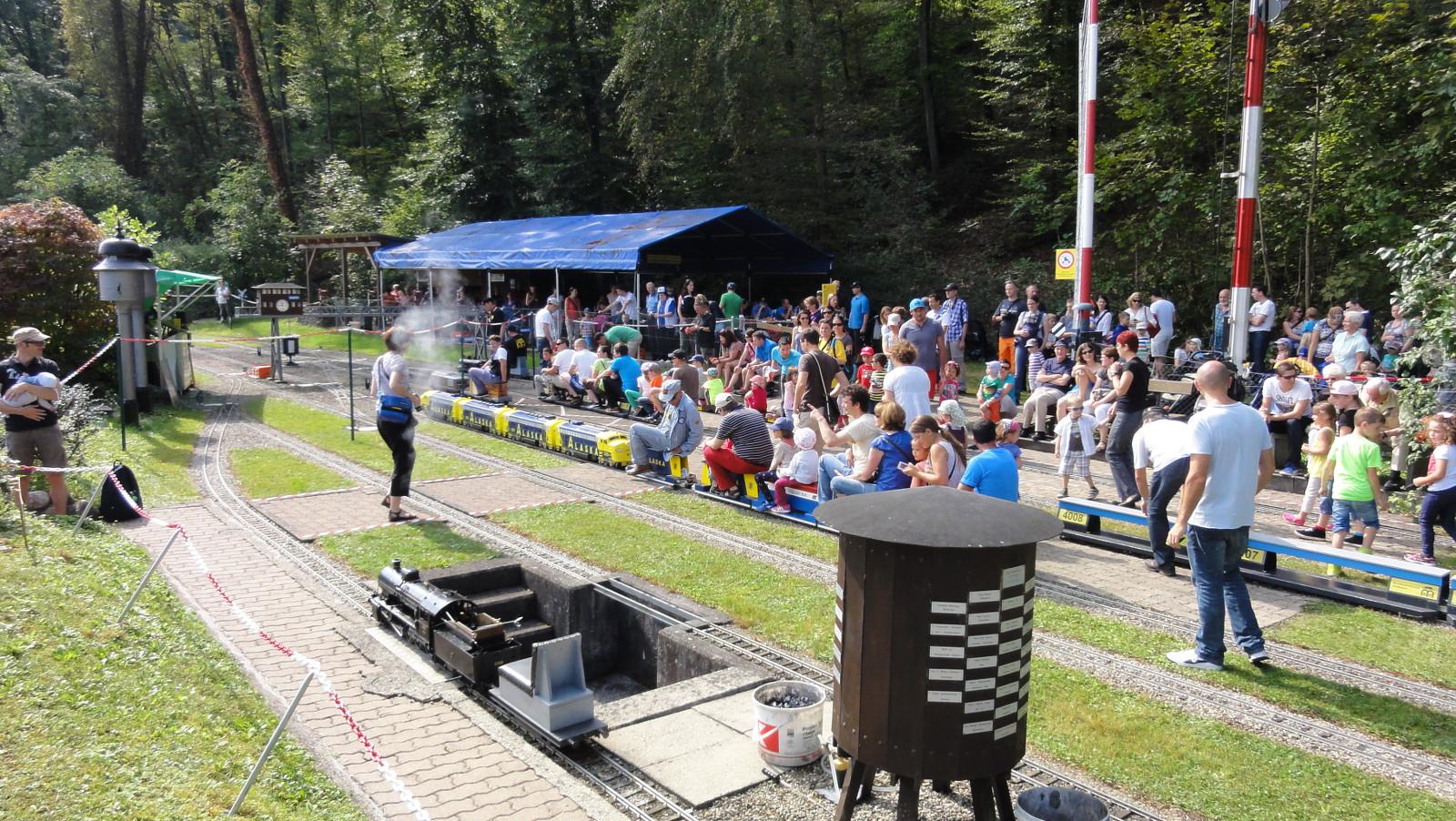 Viel Betrieb am Tag der offenen Barriere bei den Modellbahnfreunde in Glattfelden