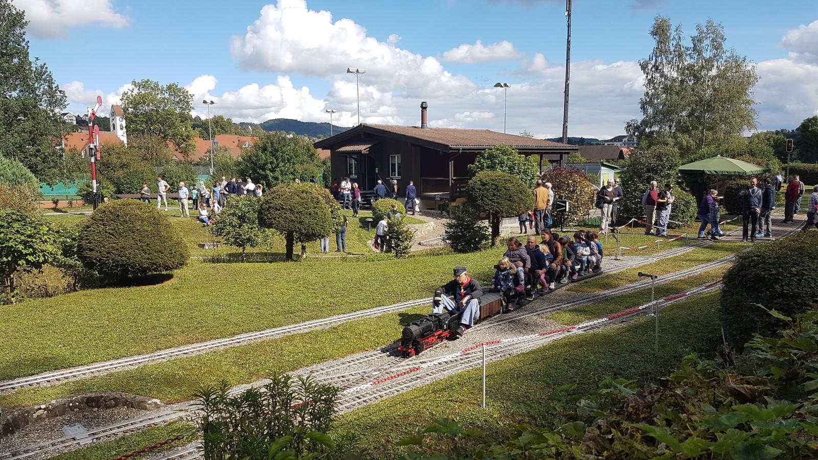 viel Betrieb auf der Modelleisenbahn in Glattfelden